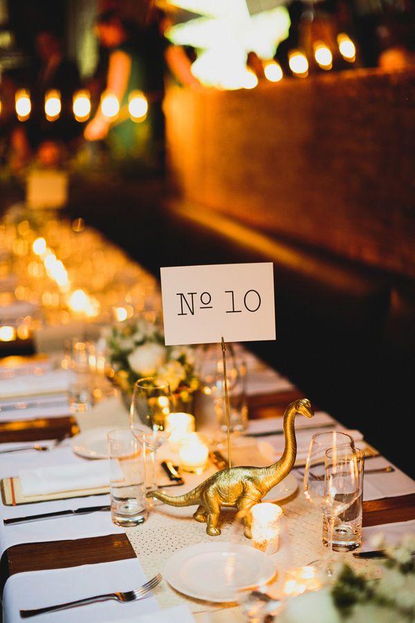 Número para mesa con un elefante en dorado para esta boda moderna e industrial en el Soho fotografiada por Chaz Cruz