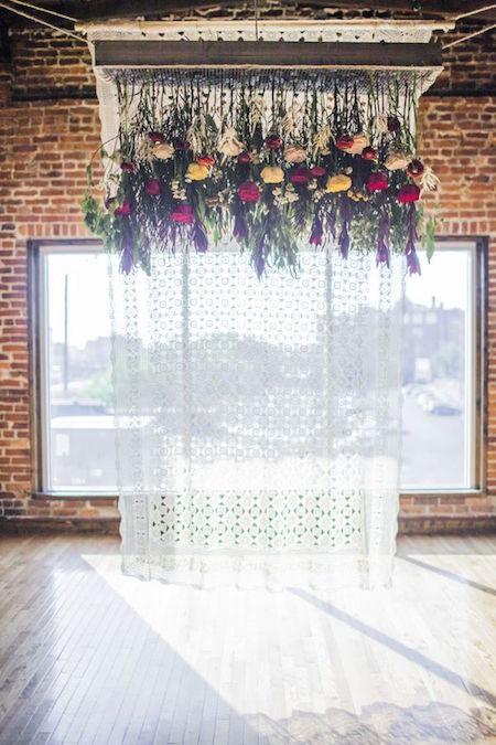Una decoración para soñar despierta. Tendencias en bodas 2016 - flores colgantes en esta boda industrial