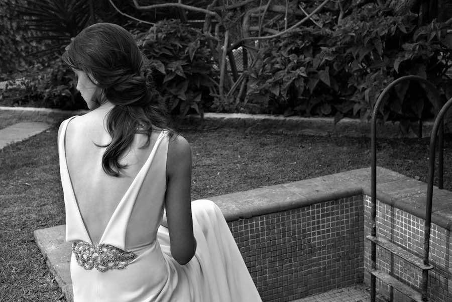Vestidos de novias Jesus Peiro con manga y escotes pronunciados sobretodo en la parte posterior del vestido
