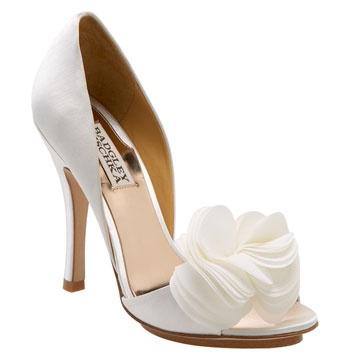 Una hermosa flor de tela para enamorar. Zapatos blancos para bodas de Badgley Mischka