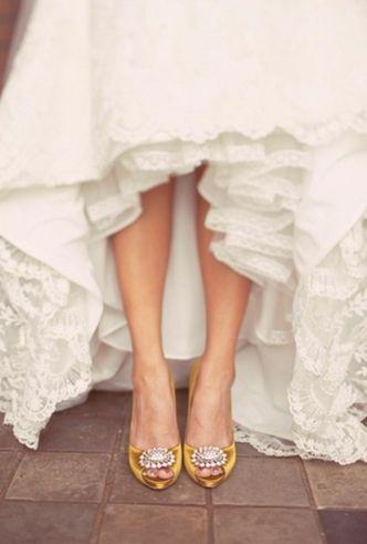 Un contraste de color con detalle brillante. Zapatos para novias en amarillo de Badgley Mischka