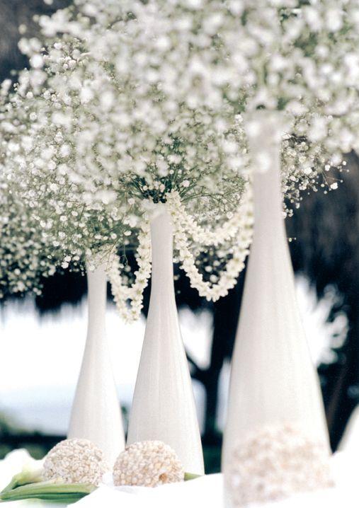 Decorar conbuen gusto no necesariamentees costoso. botellones blancos y babys breath y admira tus centros de mesa para boda