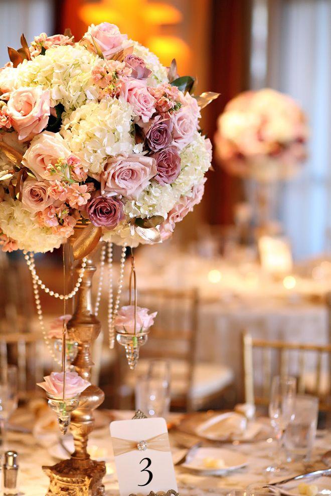 Delicada y llena de aromascon detalles en cristales. Centros de mesa para bodas en rosa y dorado