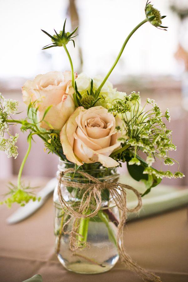Frascos con flores como centros de mesa sencillos y muy boho chic
