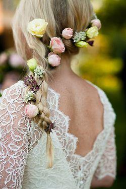 Peinados de novia con flores y trenzas