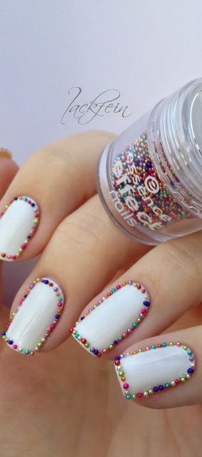 Un borde con brillo para lograr estas uñas decoradas