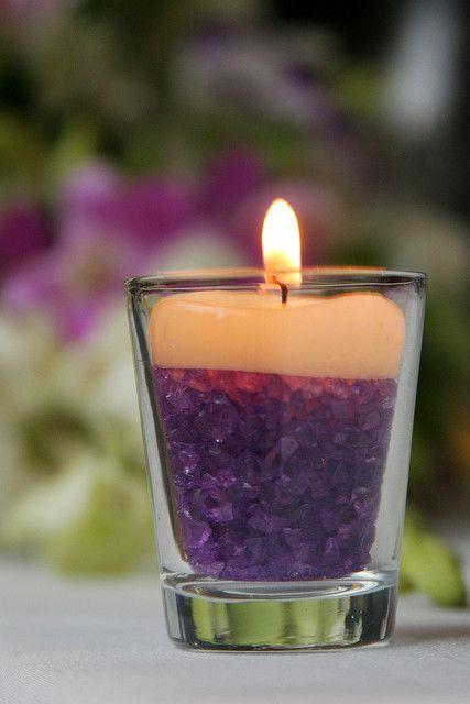 Delicadez para centros de mesa o simple detalle de decoración. Vaso de chupito mas piedritas de color purpura mas vela pequeña