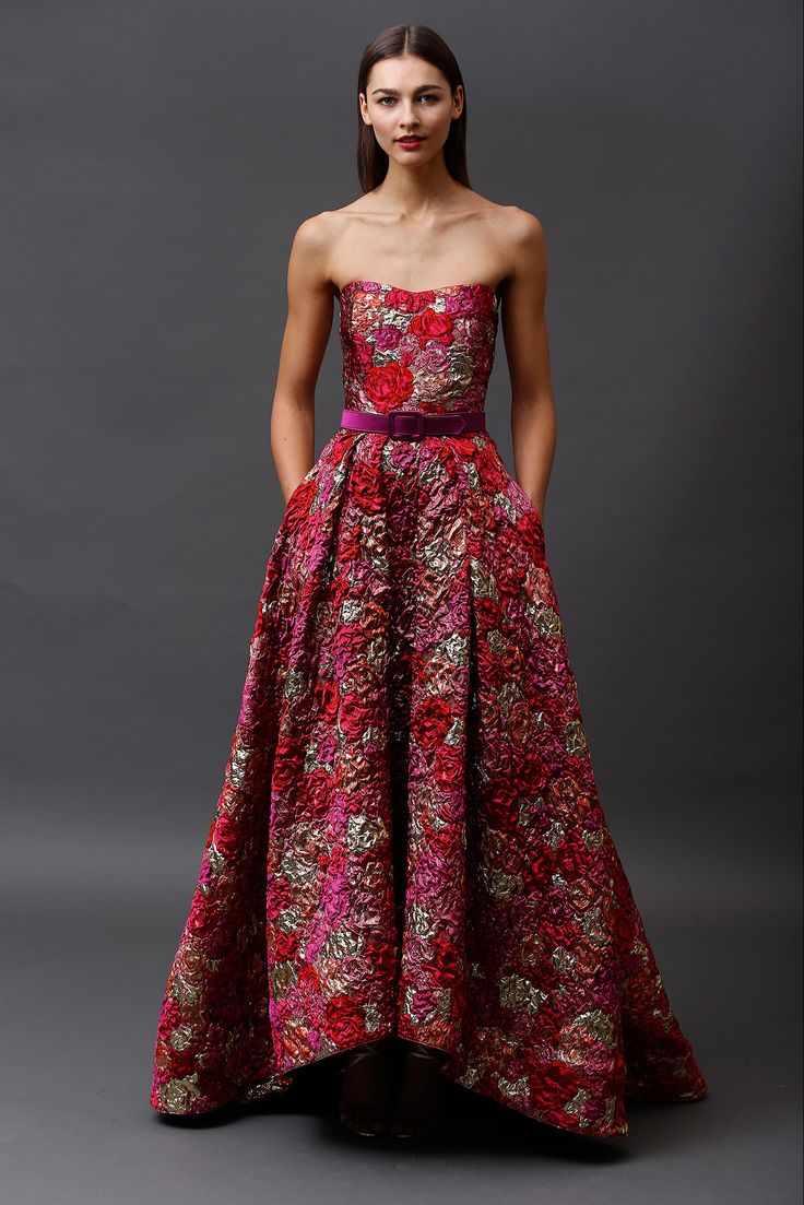 Espectacular trabajo de collage de rosas en relieve de estos vestidos Badgley Mischka para madrinas o invitadas