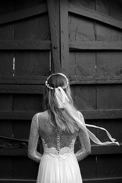 Románticas transparencias en la espalda y un bello tocado en este vestido de novia de Jesús Peiró