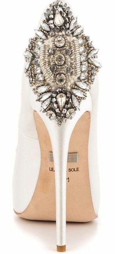 Zapatos para novias en blanco con incrustaciones de Badgley Mischka