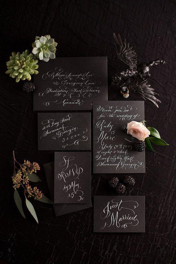 Caligrafia en blanco en estas invitaciones de boda elegantes. Una obra artesanalmente única