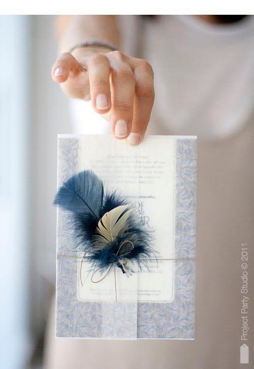 La pluma le da el toque seductor de los años veinte a esta delicada y elegante invitacion de bodas