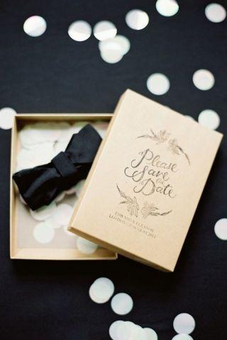 Ideas para save the date con elegancia y estilo. Una cajita con moño para anunciar la formalidad del evento.