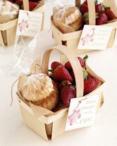 Impresiona a tus invitados con estos souvenirs para bodas originales personalizados en una canasta de papel con fresas y bizcocho