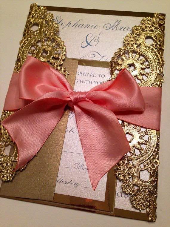 Invitación rústica elegantísima y simple de hacer - Solo agrega servilletas metalizadas en dorado y un lazo en tono complementario