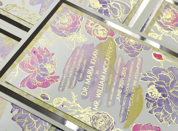 Invitaciones de boda de lujo: Siluetas en dorado encierran bellos tonos acuarelas