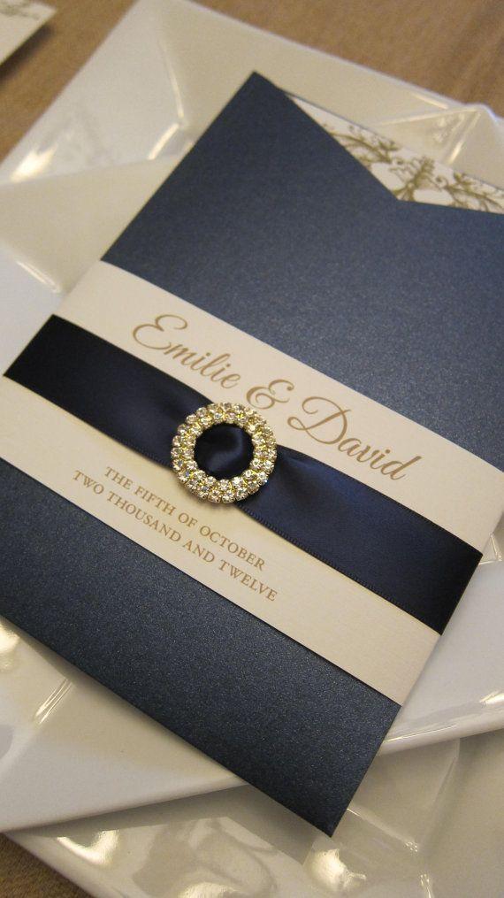 36dbf60ab0c66 La combinación perfecta de texturas y colores en estas invitaciones de  bodas elegantes en azul marino