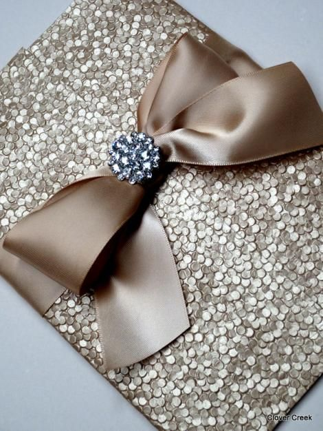 Dorada elegancia en relieve - Invitaciones elegantes y unicas