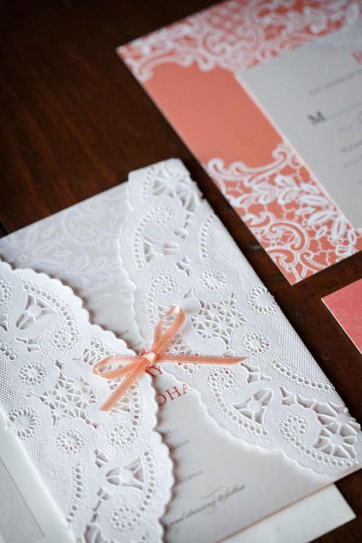 Invitaciones rústicas con motivo floral Foto Laura Ashbrook Photography - lauraashbrook - Diseño de Floral Occasions - floraloccasions de stylemepretty.com