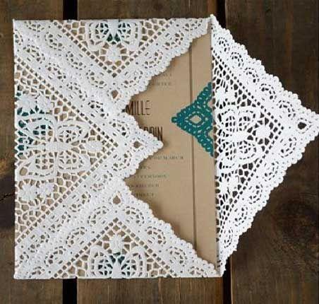 Invitaciones rústicas vintage con servilletas decoradas en blanco contrastando con el color madera - Foto lanoviamasfeliz.com