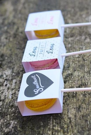 Macarons envueltos en sobres personalizados como recuerdos para tu boda ¡Que delicia!