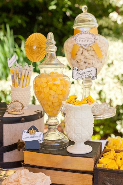 Candy bar para bodas de color amarillo.