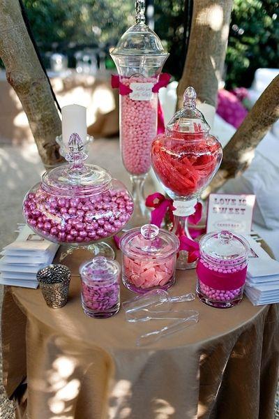 Mesa de dulces y golosinas en rosa. ¿Que tal un pink candy bar para bodas románticas?