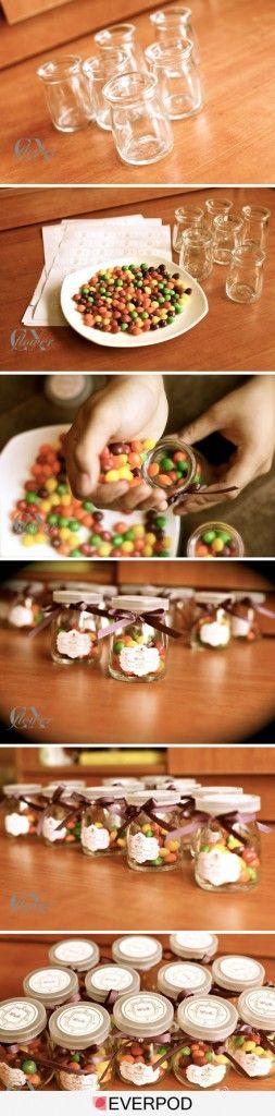 Souvenirs para bodas con dulces o caramelos en mason jars o envases de vidrio