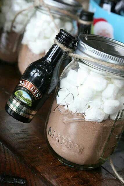 Tentación total con Baileys, chocolate caliente con marshmallows como souvenir para bodas.