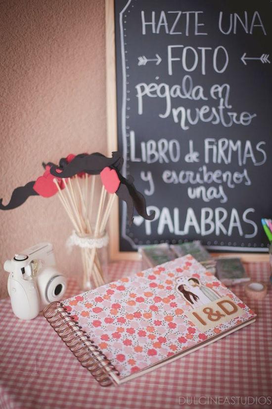 ¡Sólo agrega un cartel! Un libro de firmas con fotos de los invitados