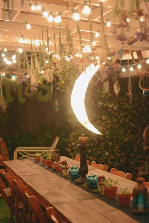 Una romántica luna brillando en el interior... un must! Una boda decorada con luces en Yosemite National Park luces decorativas, flores secas y plantas para la decoración de esta boda