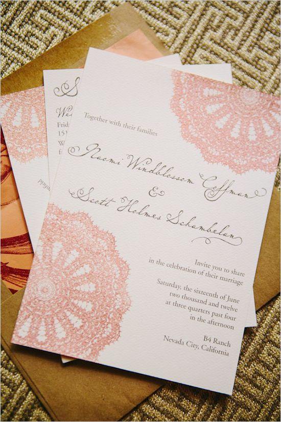 Y si no quieres agregar doilies a mano porque no en la invitación - Invitaciones rústicas weddingchicks.com
