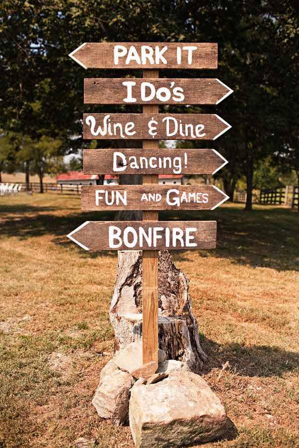 ¿Planeas una boda rústica? Carteles para bodas en madera - Foto: rusticweddingchic.com