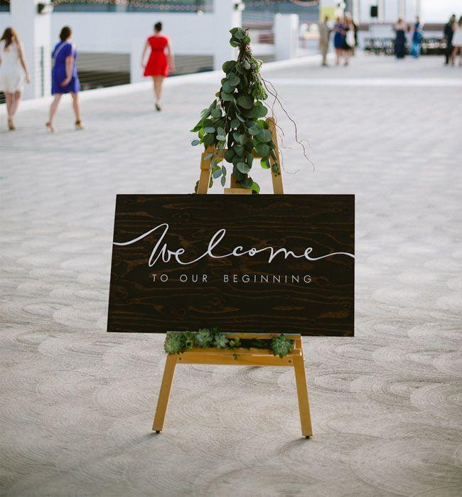 Las bodas modernas también pueden llevar sus carteles para bodas - Foto: greenweddingshoes.com