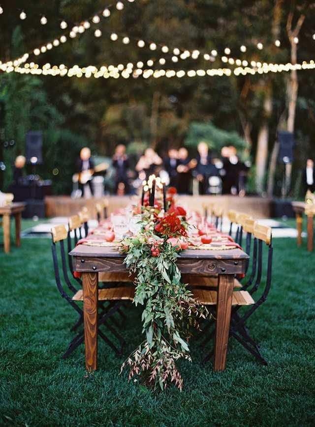 Como decorar con luces tu boda. Increíblemente sencilla de lograr, estas cadenas de luces con lamparillas expuestas cruzadas por sobre las mesas en un jardín de ensueño.