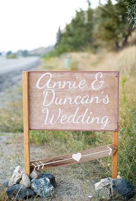 creativos carteles para bodas para dar la bienvenida invitados -Fotografia: Lyndsay Cotterall