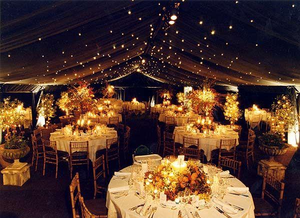 Una decoración de salón de bodas con luces que logra imitar el cielo estrellado de una noche veraniega e inolvidable, tanto para la pareja como para todos los invitados.