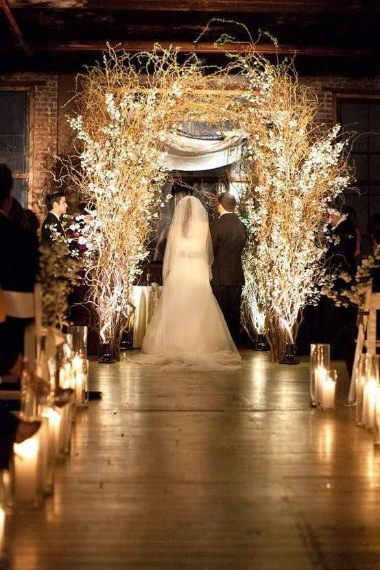 Decoración de salones con luces para bodas. Tu ceremonia: velas en el pasillo al altar, un arco hecho con ramas secas y luces de navidad.