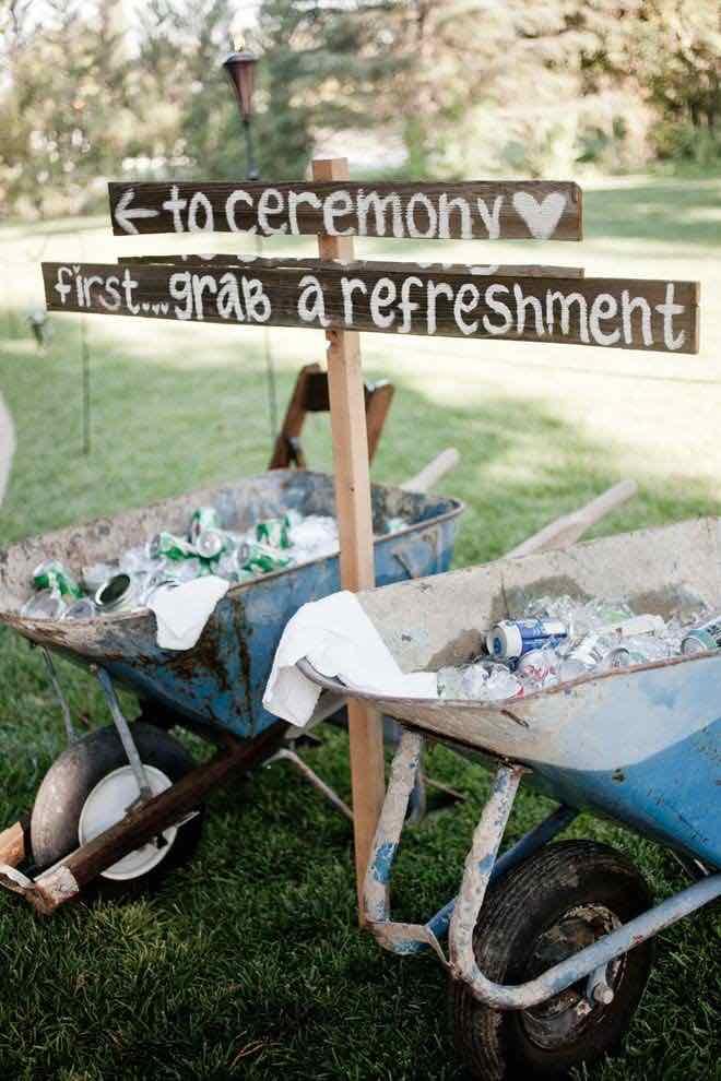 Dirígelos a la fiesta con carteles para bodas pero primero ofréceles un refresco - Foto: realweddingsmag.com