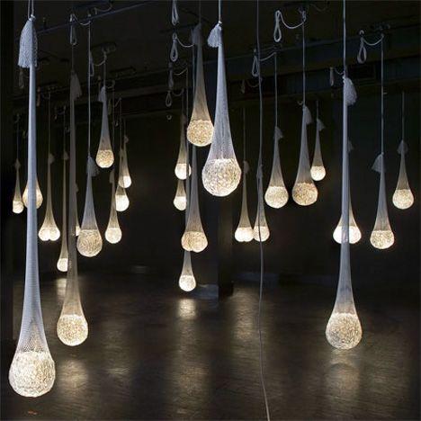 Ideas de luces para bodas con glow sticks, globos de agua y medias de nylon