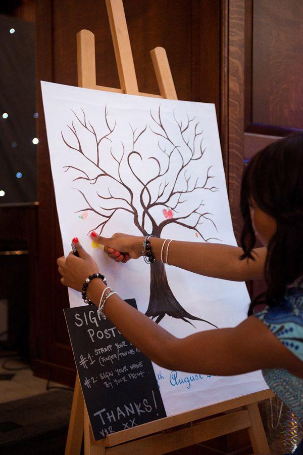 Ideas originales para bodas: Libros de firmas para bodas hecho con un increíble árbol de hojas de huellas dactilares