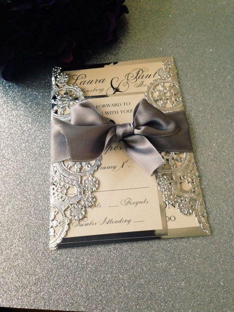invitaciones rústicas con servilletas metalizadas y lazo al tono ¿Te animas a hacerla?