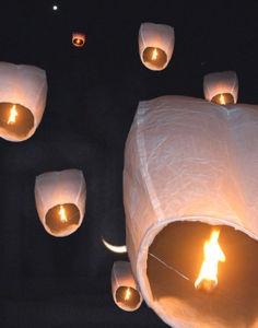 Las linternas chinas son una excelente idea para decorar con luces tu boda