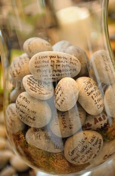 Libros de firmas originales hecho de piedras con mensajes de los invitados. Una idea muy original.
