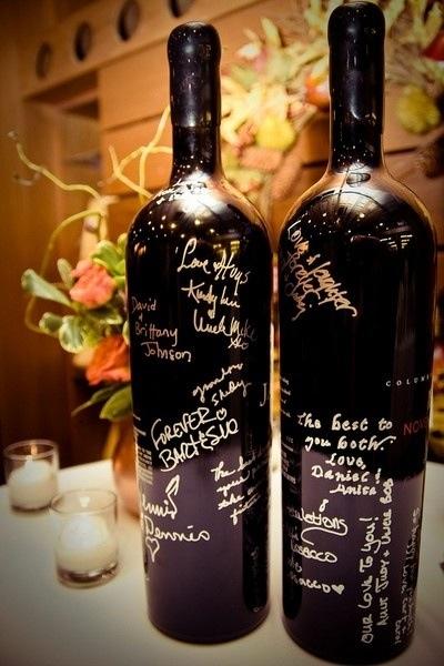 Libros de firmas originales sobre botellas para que los invitados firmen sus mensajes para los novios ideales para una boda en una bodega