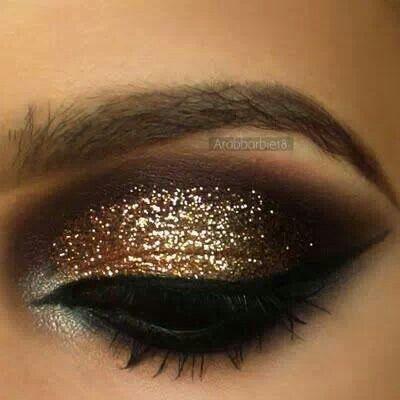 Maquillaje para ojos cafés, resplandeciente con toques dorados. Foto: wavygirlhairstyles.com