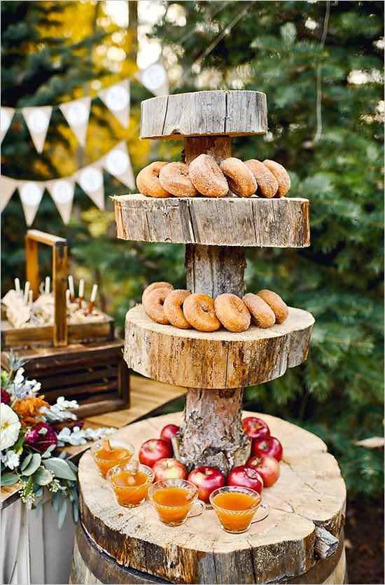La maravillosa combinación de manzana y canela en una mesa de postres siempre es una decisión acertada. Mesa de postres con donuts y jalea.