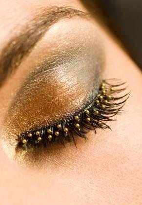 Maquillaje para ojos, los detalles: perlitas para pestanas. Foto: goodtoknow.co.uk