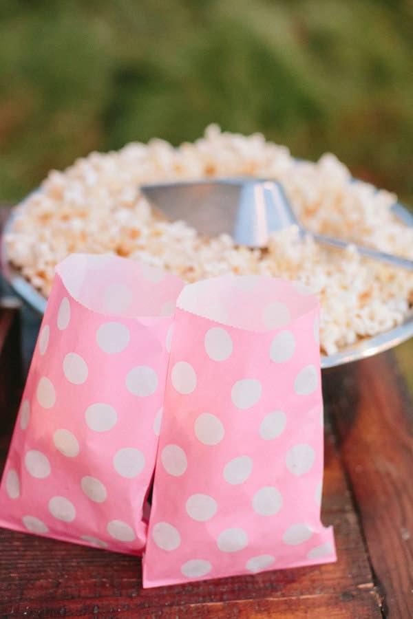 Unas hermosas bolsitas para nuestro popcorn bar, con un super estilo.Fotografia jessicaburke.com de stylemepretty.com