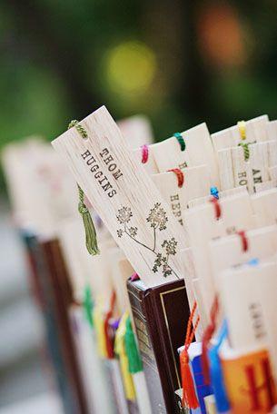 Señaladores para libros como souvenirs de bodas originales para las parejas amantes de la literatura.